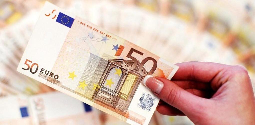 Самое время бежать в обменники: курс евро ненадолго опустился до рекордного минимума