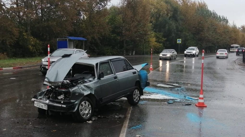 В Омске водитель легковушки врезался в пассажирский автобус с людьми