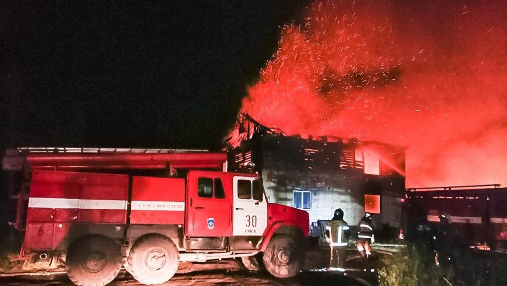 В Омске ночью горели частные дома – без крова осталась семья с маленькими детьми