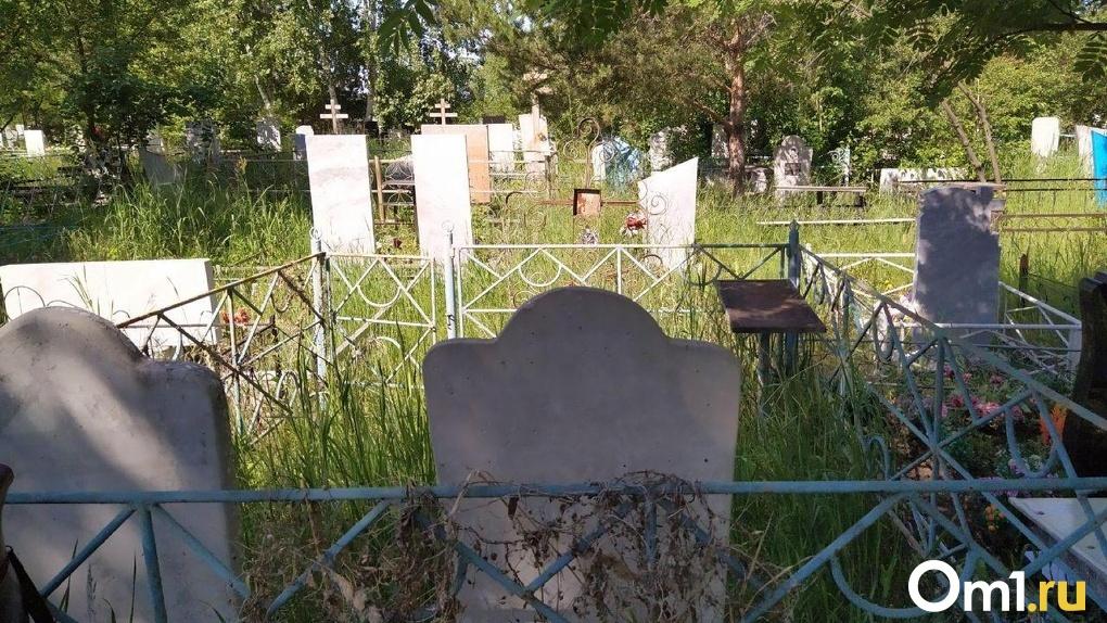 За 54 тысячи рублей закопали за 5 минут. В Омске похоронили еще одну женщину, погибшую от COVID-19