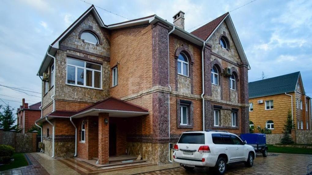 Не разобьются. В Омске на продажу выставлен дом с бронированными окнами