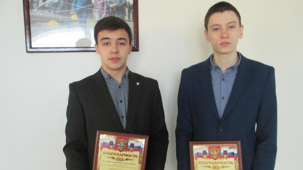 В Омске наградили двух студентов, поймавших грабителя