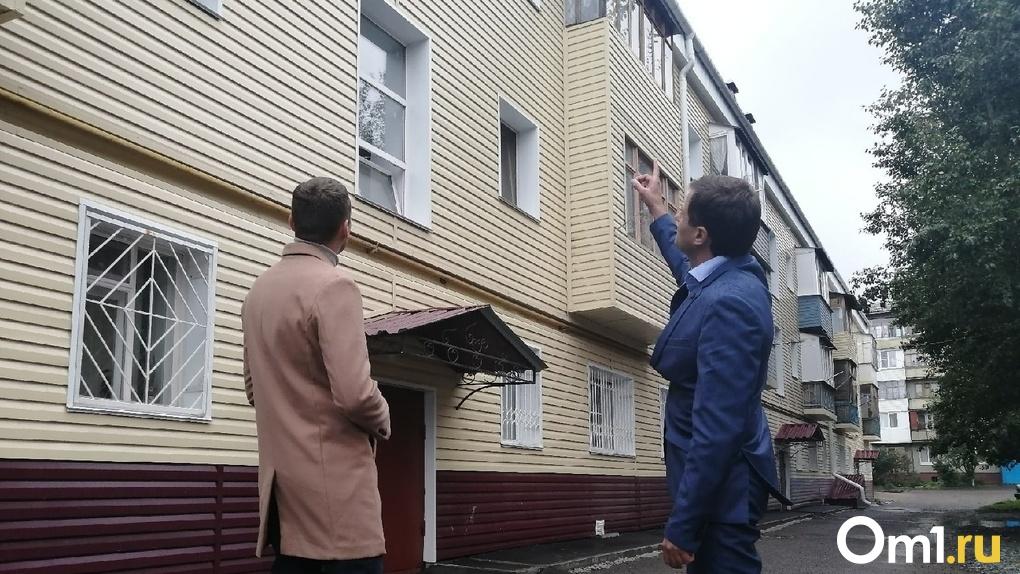 Новая крыша, чистый подъезд и благодарности. Смотрим, как в Омске ремонтируют жилые дома