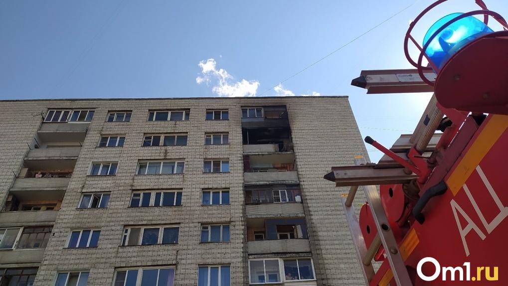 Чёрный балкон и полный двор пожарных: в Новосибирске загорелась квартира в многоэтажке. ФОТО