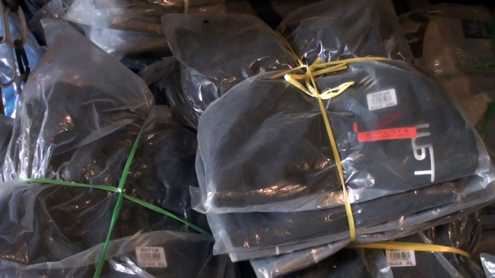 Трое новосибирцев связали охранника и похитили спортивную одежду на 10 млн рублей