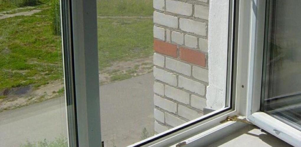 85-летняя омичка выпала из окна третьего этажа