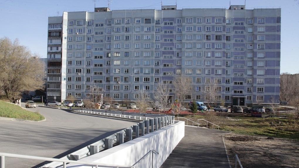 Большой двор в новосибирском микрорайоне Нижняя Ельцовка благоустроили за 60 млн рублей