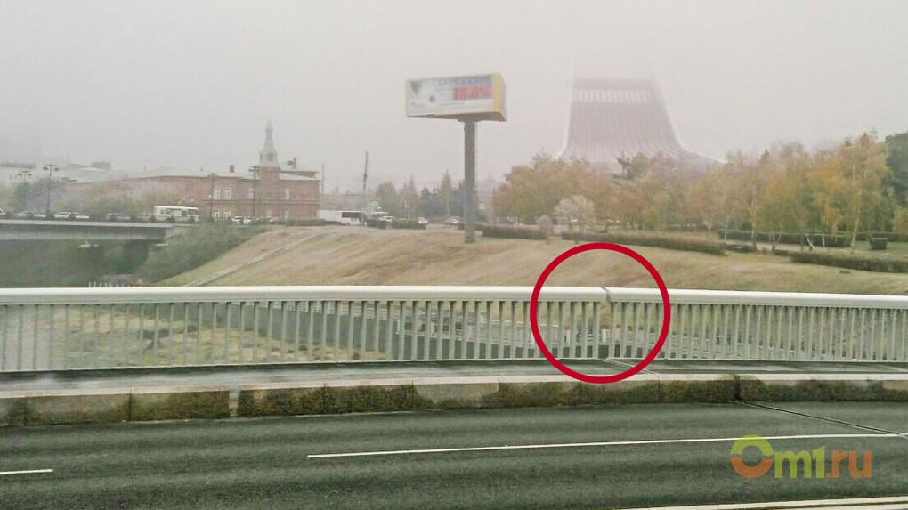 Дыру в Юбилейном мосту «замаскируют» декоративной вставкой, чтобы не смущать омичей