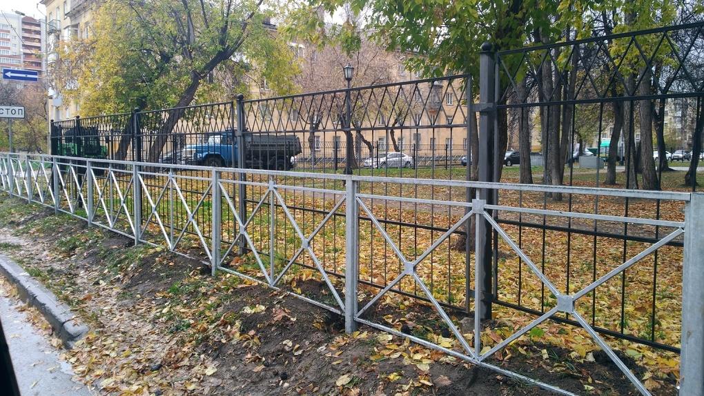 «Весь город в оградках, как на кладбище» — забор рядом с существующим установили у сквера в Новосибирске