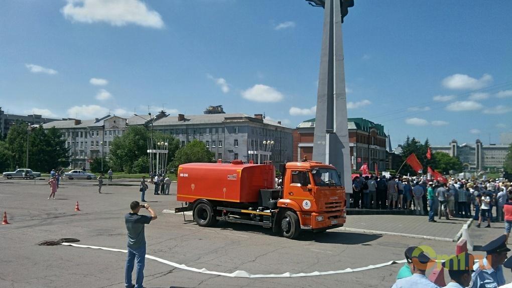 В Омске на митинг против повышения пенсионного возраста пригнали ассенизаторскую технику