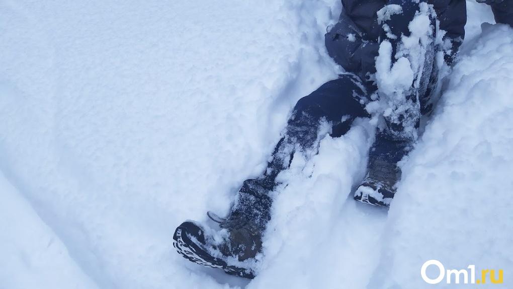Лежал в снегу без признаков жизни. В сугробе возле кладбища нашли замерзающего омича