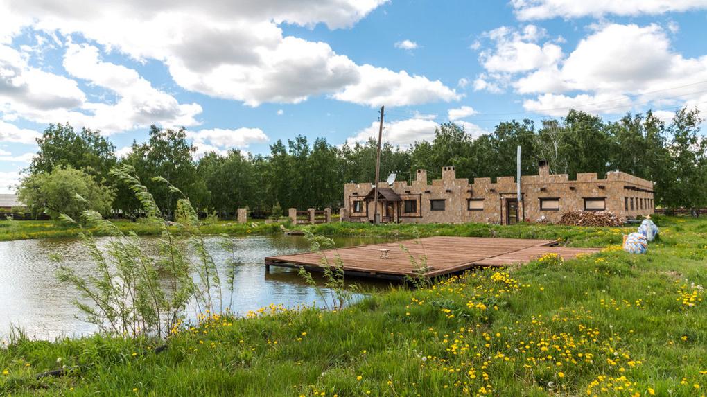 В Омской области продают базу отдыха с прудом и бассейном за 36 млн
