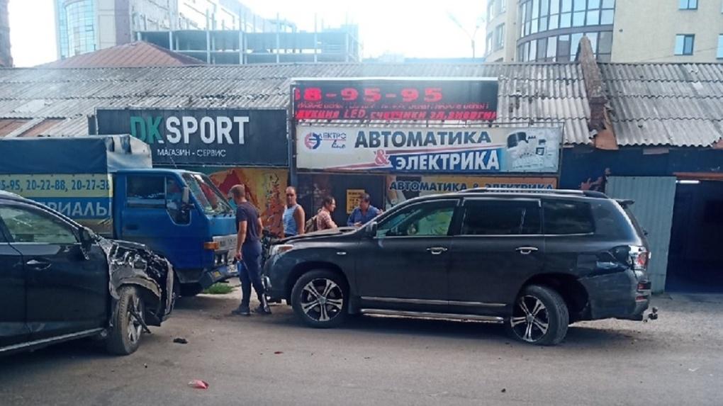 В Омске пьяный бизнесмен на внедорожнике протаранил пешехода и едва не отрубил ему ноги
