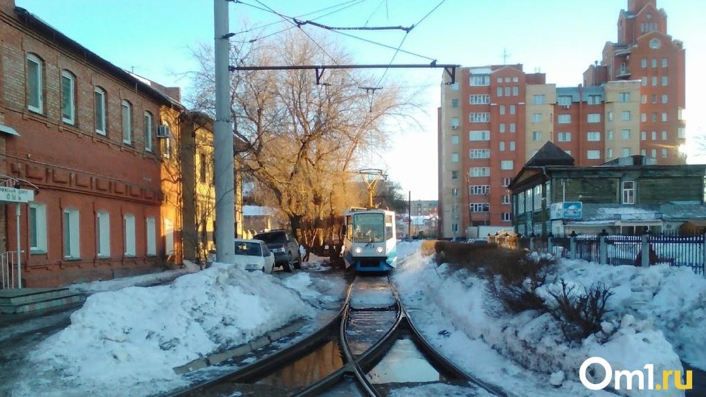 Пассажирам омских трамваев пришлось продолжать путь пешком из-за сбоя в работе транспорта