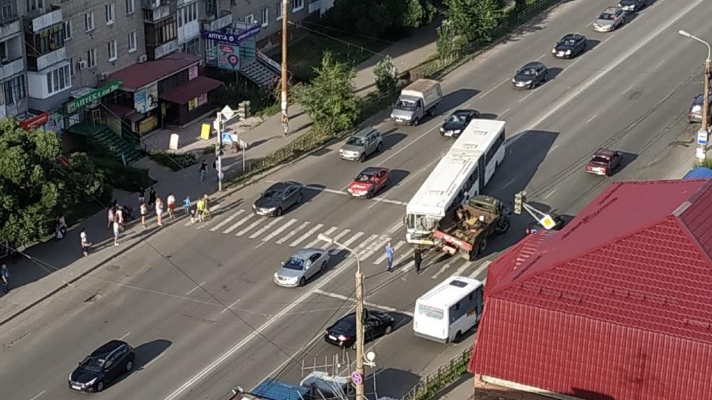 В Омске на Десятилетии столкнулись автобус и грузовик