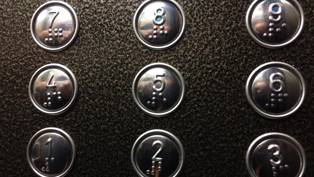 160 лифтов в многоэтажках Новосибирска оборудуют кнопками для слепых