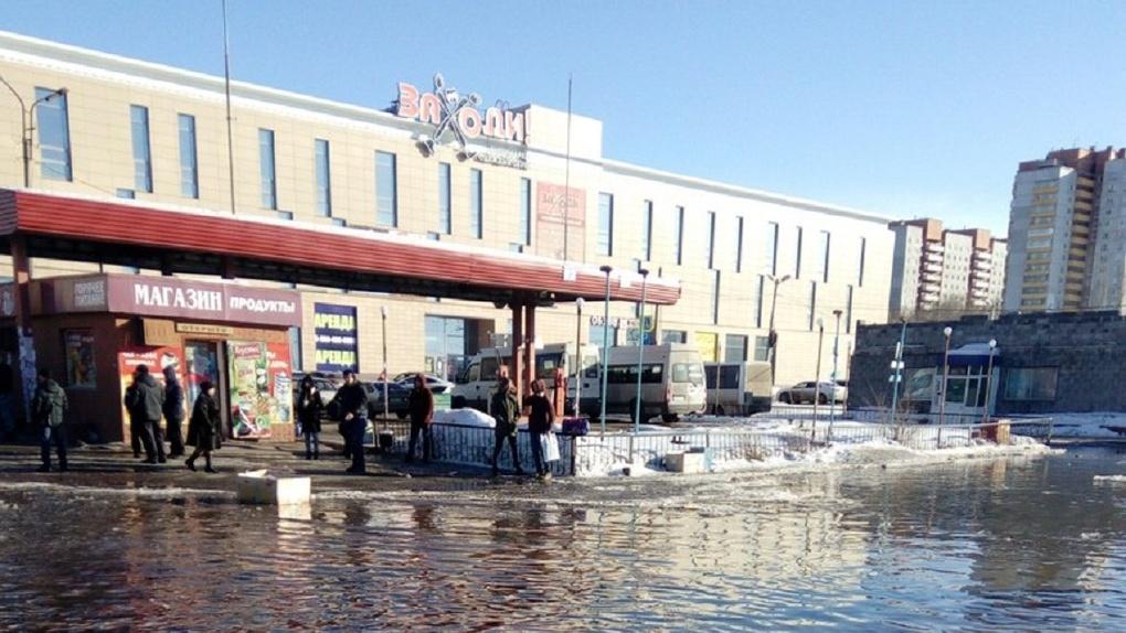 Теперь это порт: омский автовокзал оказался окружен водой