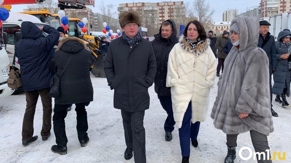 117 новых машин. Александр Бурков и Оксана Фадина вручили ключи от спецтехники омским энергетикам