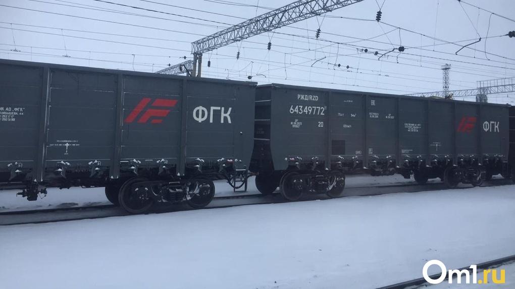 Под Новосибирском водитель иномарки чудом выжил после столкновения с поездом
