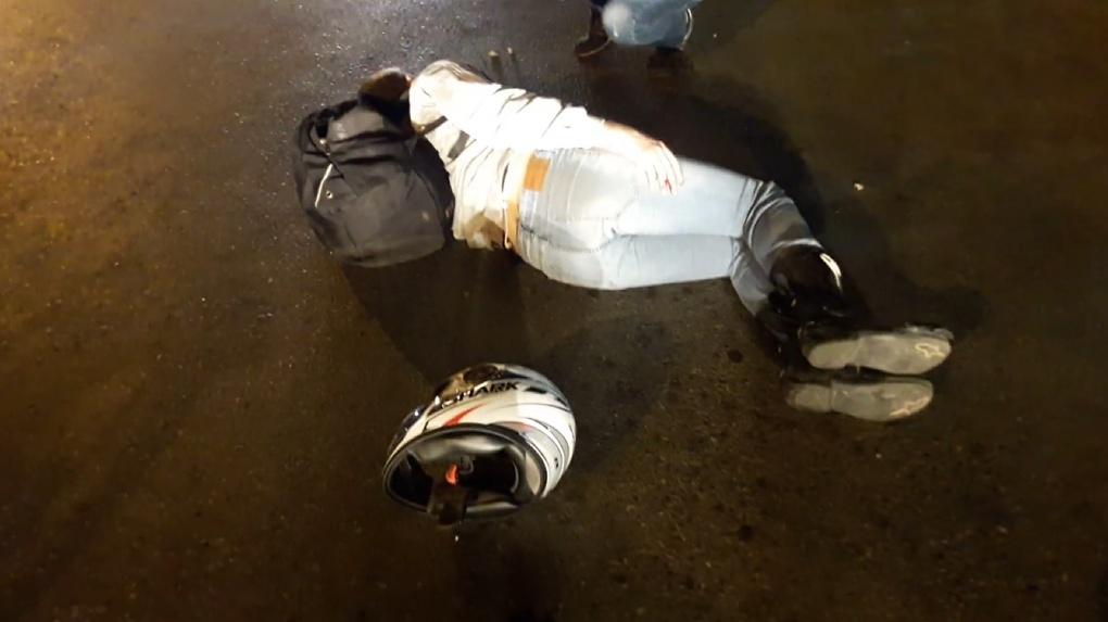 Мотоциклист, попавший вчера в серьезную аварию в Омске, находится в больнице - ФОТО