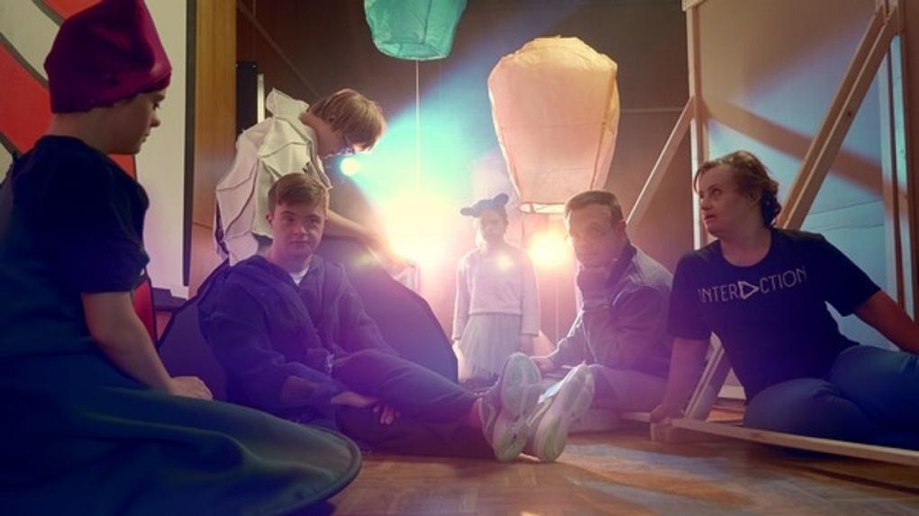 МТС и Первый канал покажут омичам премьеру необычного фильма об актерах с синдромом Дауна