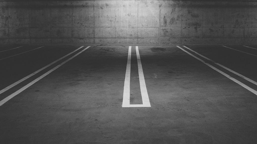 В Омске компания 1,5 года не платила за аренду парковки у метромоста