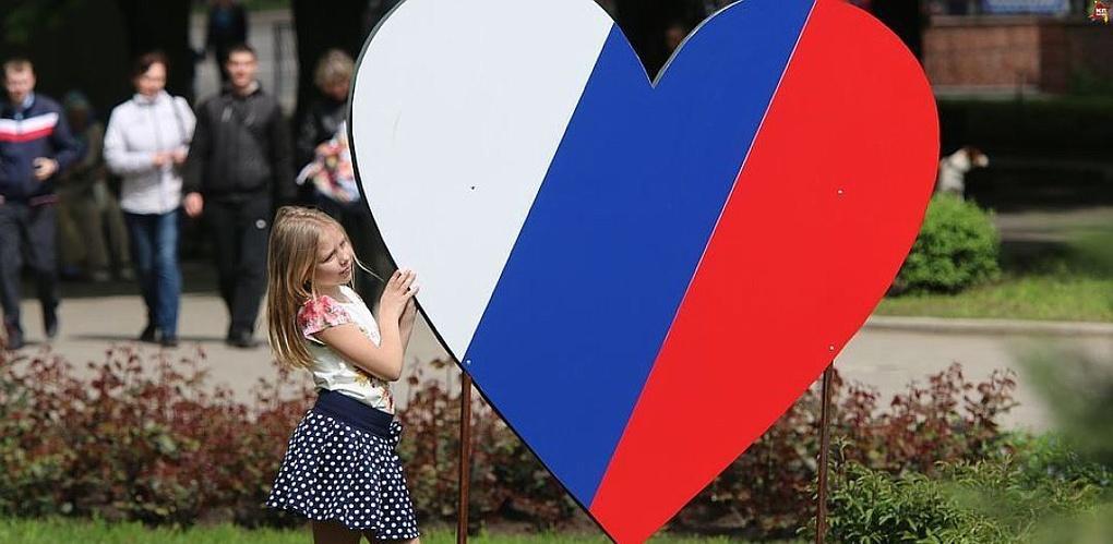 В Омске ко Дню России раздадут ленточки с триколором