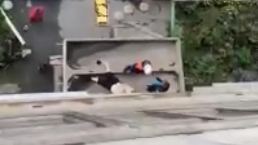 Жительница Новосибирска выпала из окна и разбилась о козырёк подъезда