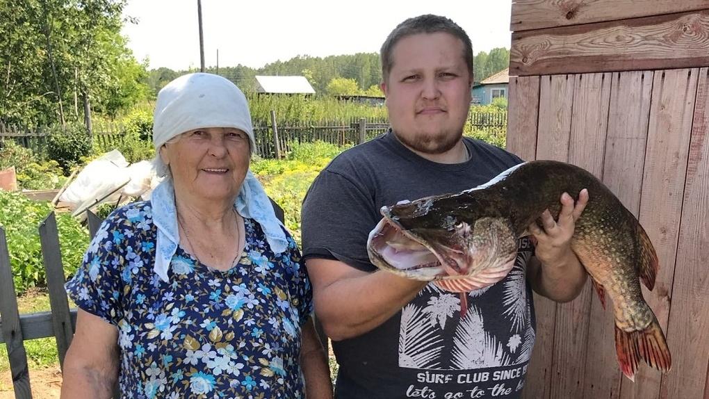 Она бы меня утащила: пенсионерка из Новосибирска выловила огромную рыбу