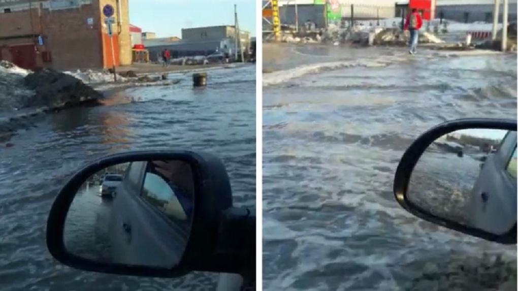 «Плывём, как в океане»: огромная лужа на улице Петухова возмутила новосибирских водителей