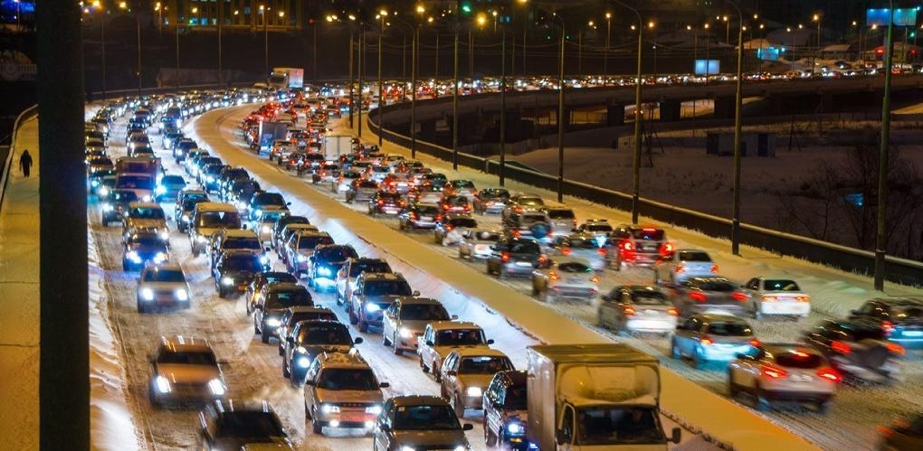 Резкая смена погоды погрузила Омск в серьезные пробки