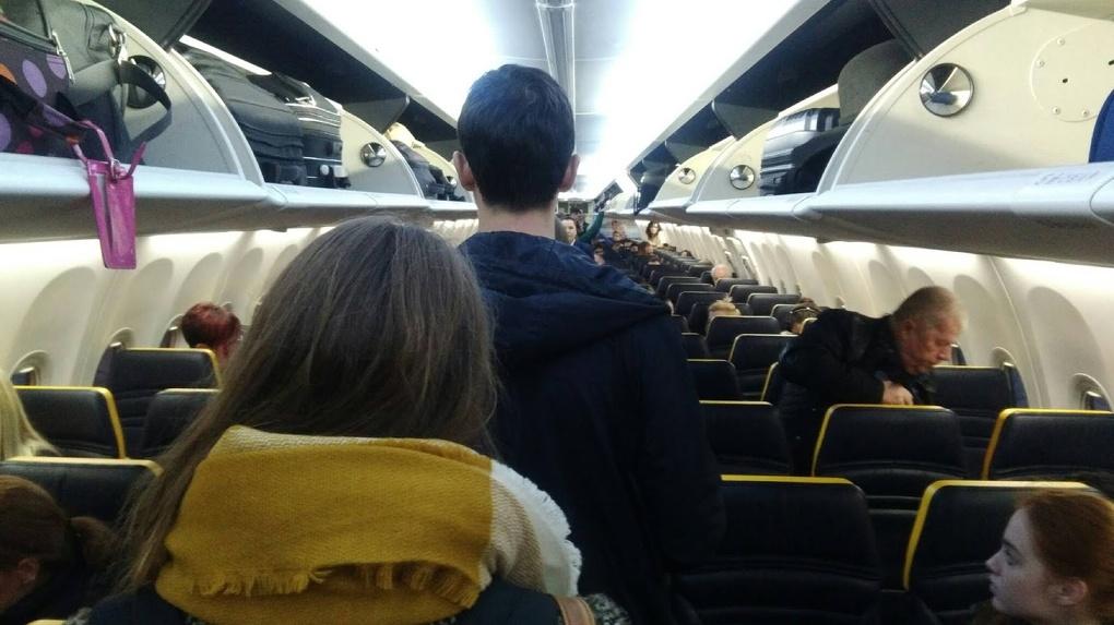 Омич, летевший тем же самолетом, что и зараженная коронавирусом семья, не смог добиться госпитализации