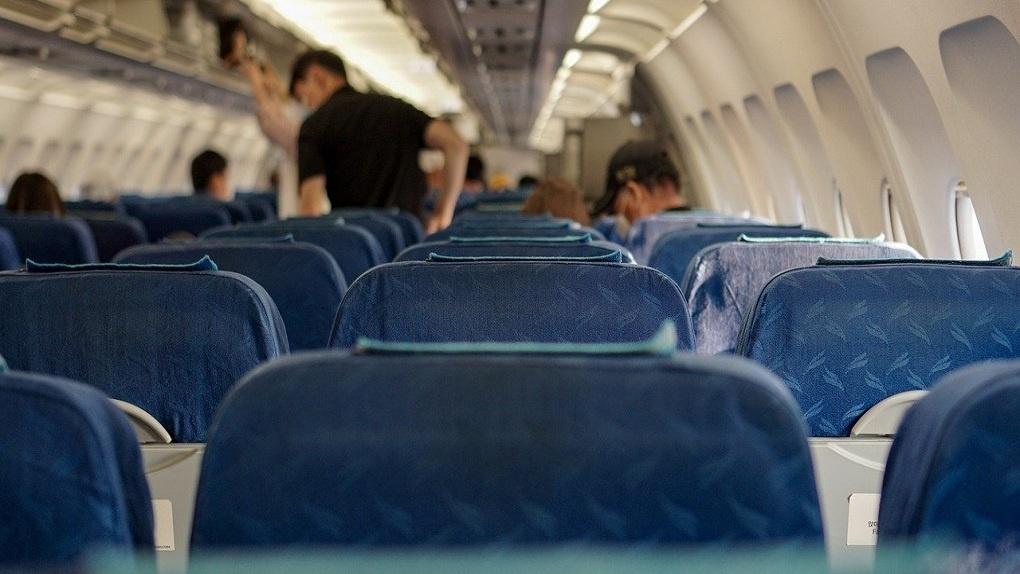 Пытался выбить иллюминатор: в новосибирском аэропорту Толмачёво задержали авиадебошира