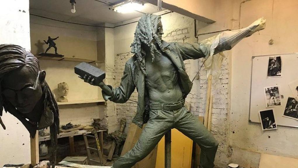 В Москве установят скульптуру Летова с голым торсом и кирпичом