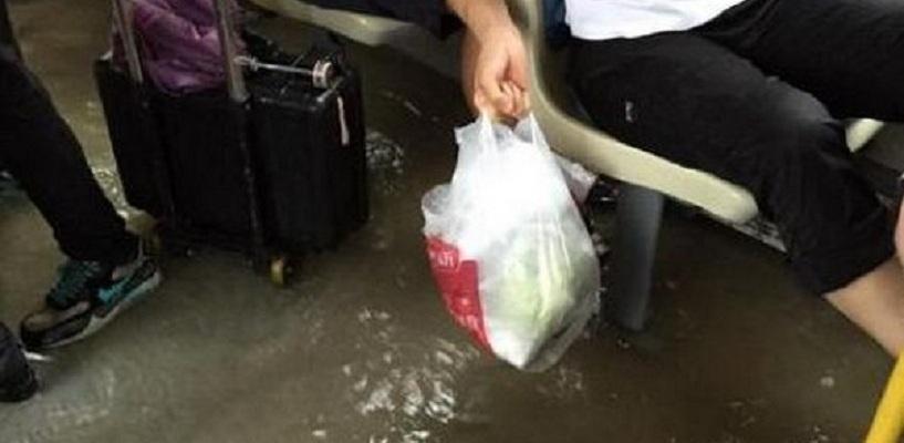 После ливня в Омске автобус с пассажирами наполовину затопило - ВИДЕО