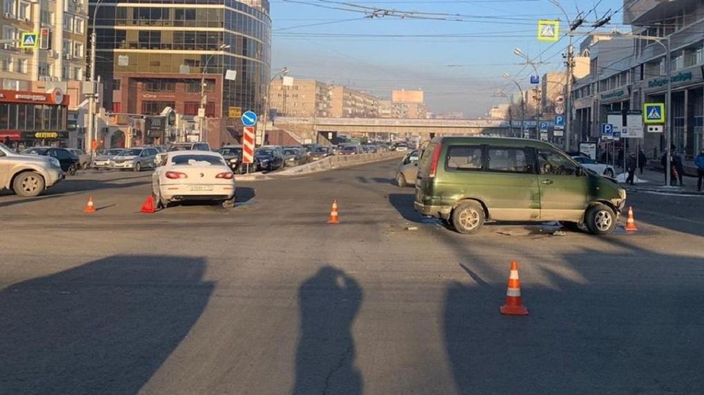 В Новосибирске тройное ДТП перегородило Красный проспект