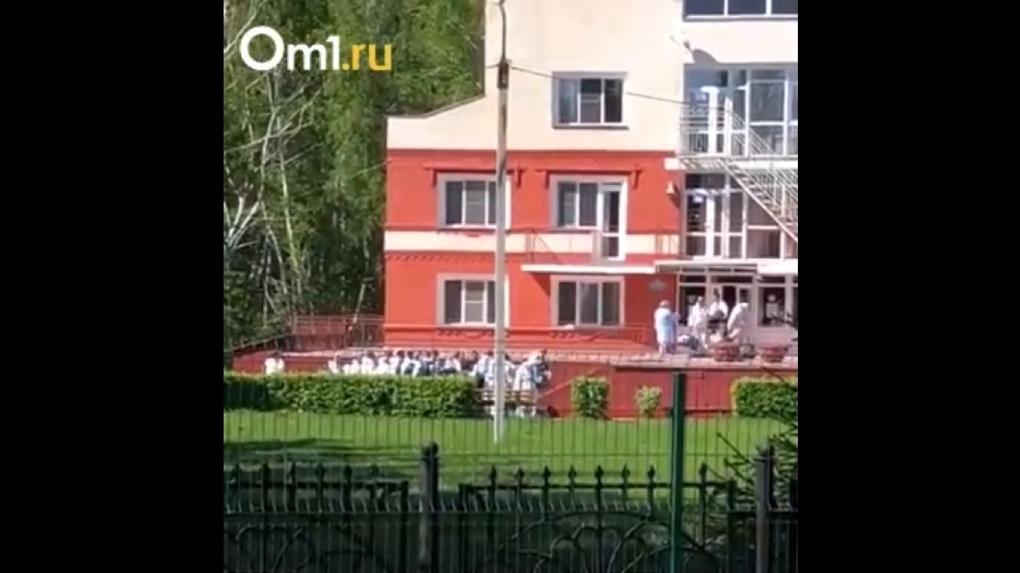 В защитных костюмах и с чемоданами. Появилось видео заселения вахтовиков из Якутии в «Коммунальник»