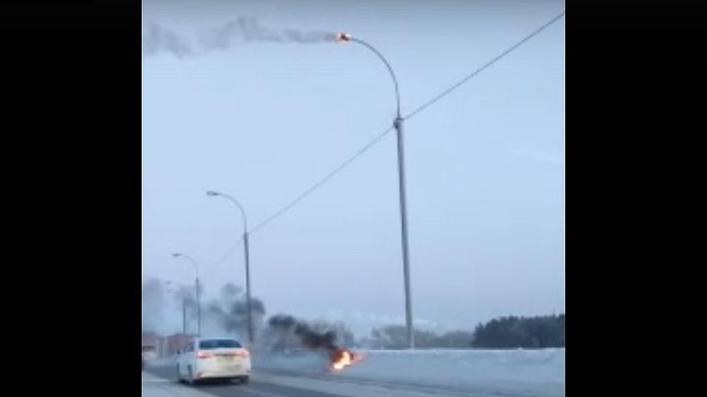 В Новосибирске взорвался фонарь уличного освещения