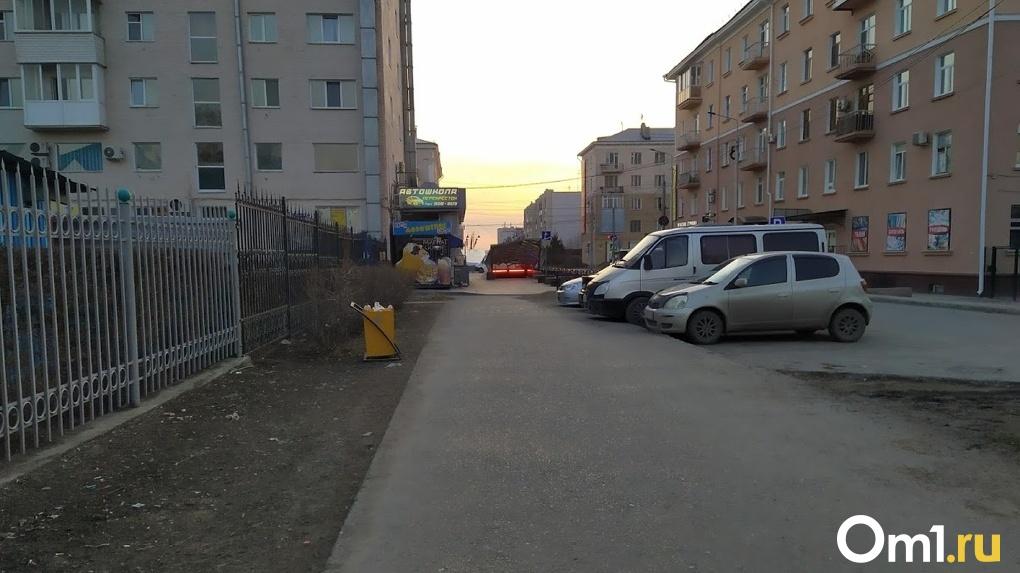 В Омске пьяная компания избила и ограбила таксиста
