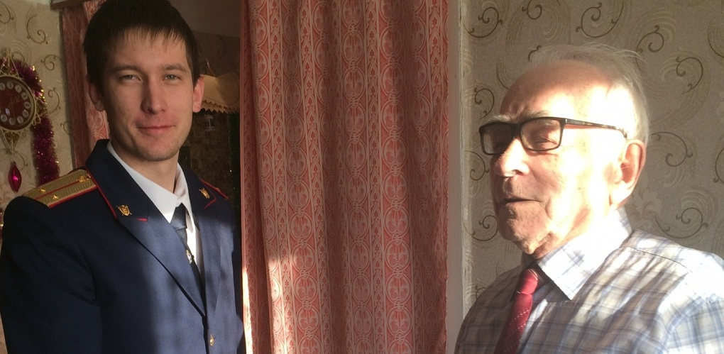 Омские следователи перед Новым годом начали поздравлять ветеранов