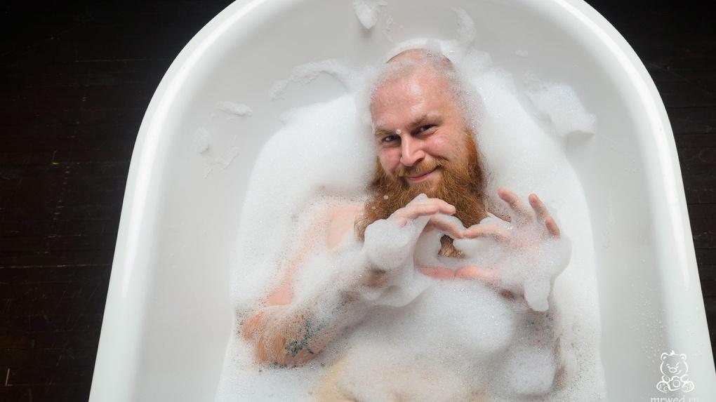 Новосибирский фотограф снял пародию на женские эротические фотосессии в ванной