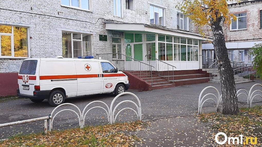 В омские поликлиники направили 50 правительственных машин для помощи медикам
