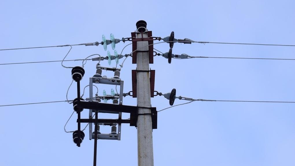 После ночного урагана 11 районов Омской области остались без электричества