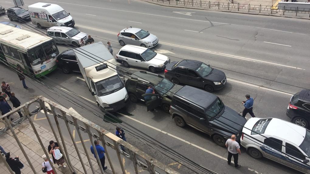 Стало плохо, отказали тормоза: в Омске автобус протаранил пять машин