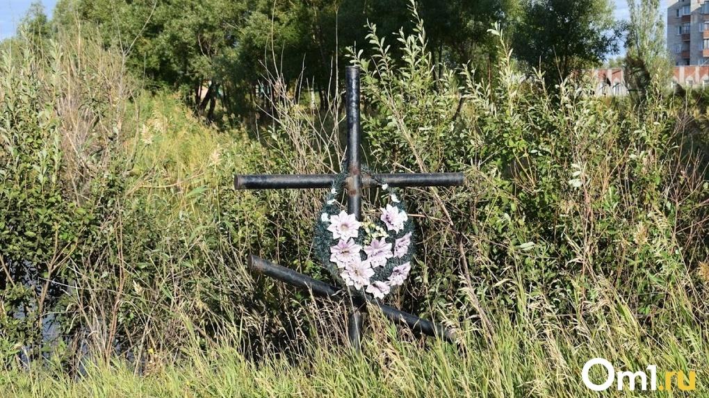 Омичка рассказала, что над могилой ее мужа надругались из-за не слишком дорогого памятника