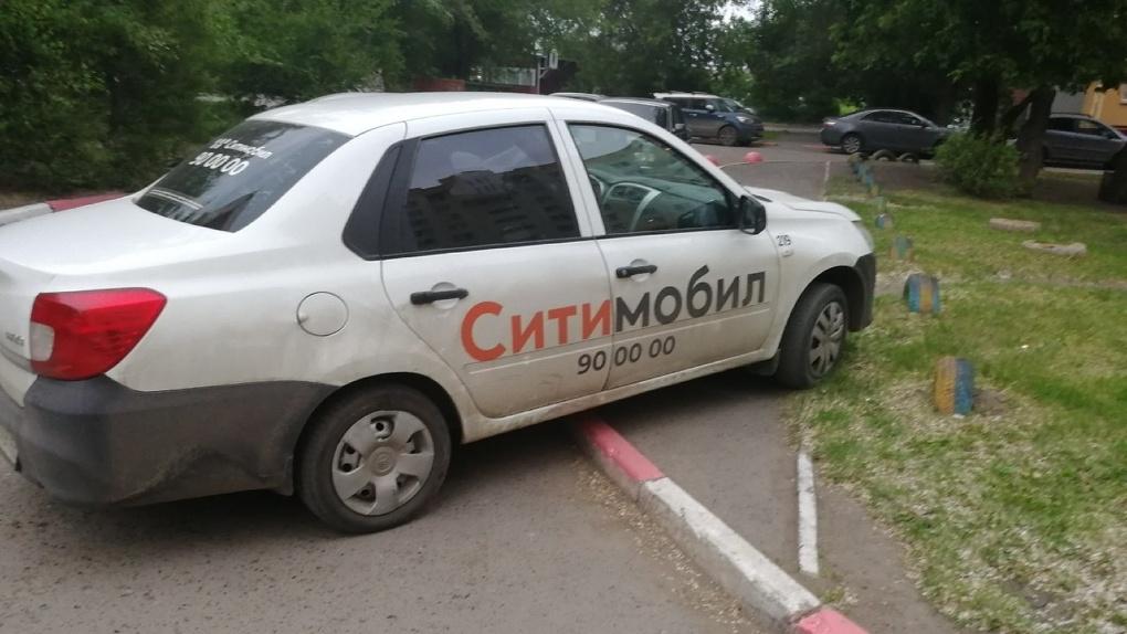 В Омске водители известной службы такси массово нарушают правила