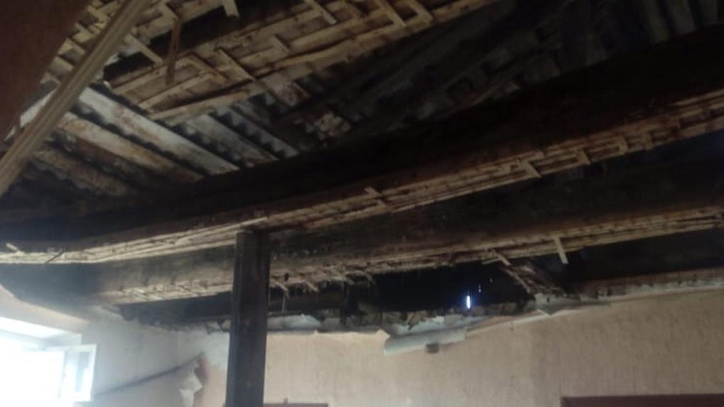 В омской квартире, где живут двое маленьких детей, обрушился потолок