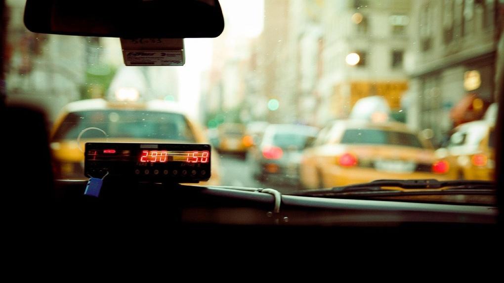 Омич прокатился на такси за 68 тысяч рублей
