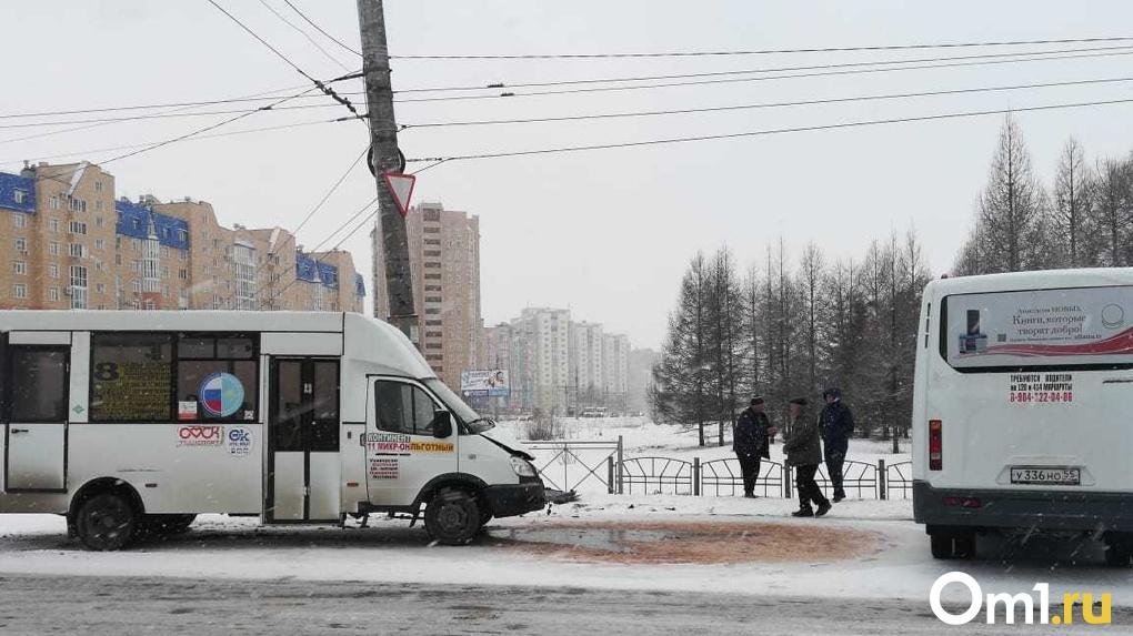 В Омске маршрутка протаранила автобус с пассажирами