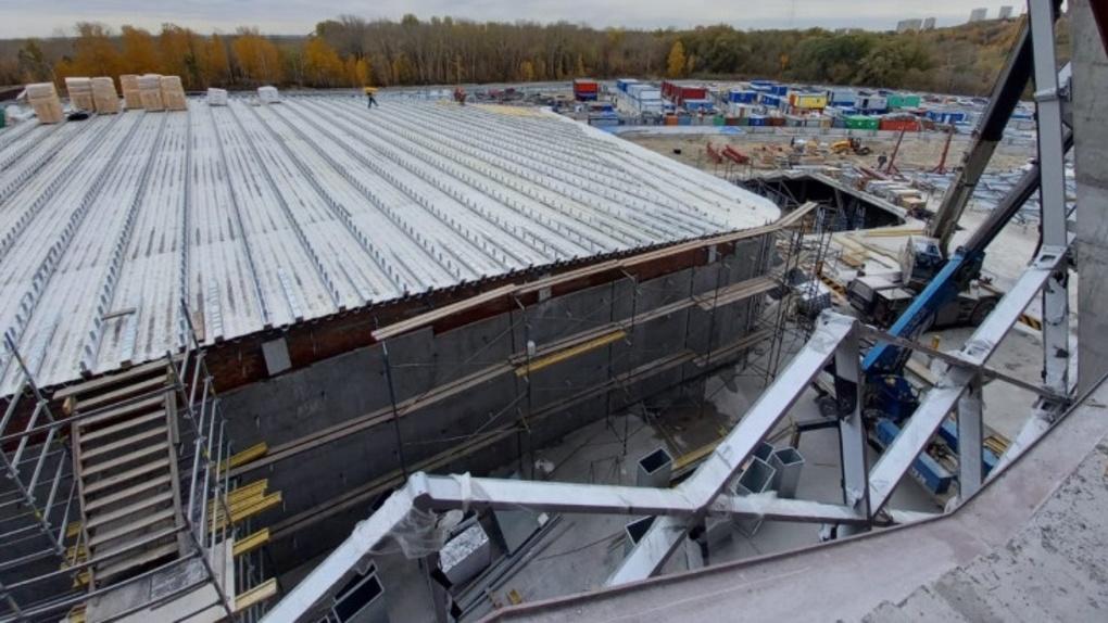 В Новосибирске строители ЛДС начали утеплять кровлю